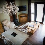 2014-woodland-escape-lodges-living-room