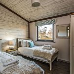 Woodland View Lodge twin bedroom