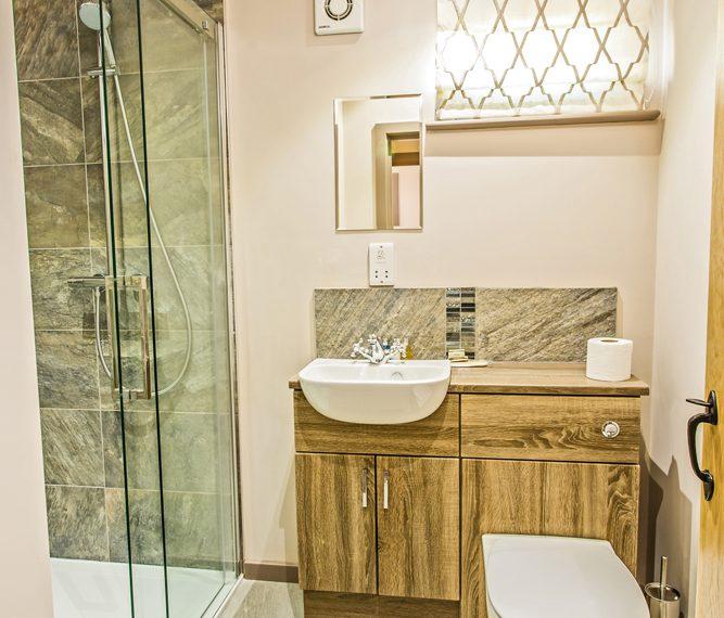 3 bed cabin bathroom